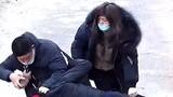 Dùng gạch đánh nhân viên chống dịch Corona, cặp đôi phải chịu án tù