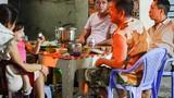Người dân tụ tập ăn nhậu trên vỉa hè TP.HCM bất chấp lệnh cách ly