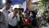 Bí thư Nguyễn Thiện Nhân bật khóc khi viếng bé trai bị cây phượng đổ tử vong