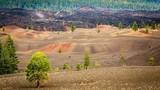 Kinh ngạc những đụn cát lòe loẹt ngay dưới chân núi lửa