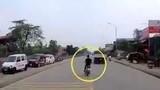 Video: Thanh niên phóng nhanh vượt ẩu, tông vào xe taxi rồi lộn nhiều vòng trên cao