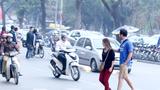Video: Phanh gấp tránh người đi bộ, thanh niên ngã xe máy như phim hành động