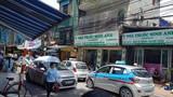 """Taxi """"bủa vây"""" cổng Bệnh viện Nhi TW, người bệnh kêu trời"""