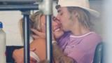 Justin Bieber thoải mái thể hiện tình cảm với Hailey Baldwin