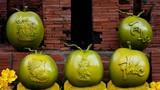 Trái cây khắc chữ độc lạ bung hàng dịp cận Tết