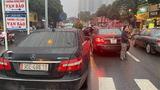 """Hai xe Mercedes-Benz biển số  """"như đúc"""", một chiếc mang biển giả"""