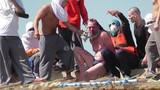 Video tù nhân nổi loạn phơi cai ngục trên nóc nhà