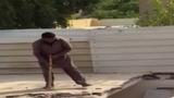 Đập trần nhà, người đàn ông vô tình tạo hố chôn mình