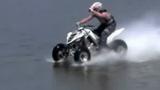 Nể màn chạy xe 4 bánh băng qua hồ nước sâu 2m