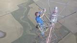 Rợn người màn thay bóng đèn trên đỉnh tháp cao 500m