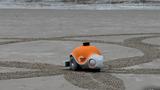 Ngỡ ngàng robot vẽ tranh siêu đẹp trên bãi biển