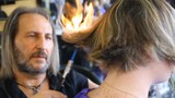 Kiểu cắt tóc lạ chưa từng thấy bằng kiếm và lửa