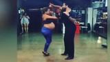 Mẹ bầu 8 tháng khiêu vũ siêu sexy gây sốt