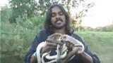 Rùng mình xem người đàn ông ăn rắn còn sống
