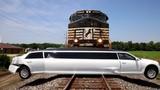 Tàu hỏa đâm bẹp dúm siêu xe limousine trắng muốt