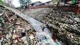 Cận cảnh mương nước bốc mùi hôi thối dưới chân cầu Long Biên
