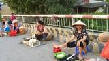 """Thách thức """"tử thần"""", người dân họp chợ ngay trên cầu"""