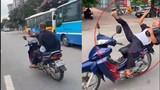 Video: Hú hồn quái xế U50 'diễn xiếc' với xe máy trên đường phố Hà Nội