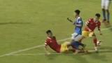 Video: Pha va chạm kinh hoàng khiến cầu thủ Than Quảng Ninh gãy chân trên sân