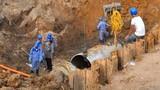 Đường ống nước sạch sông Đà lại bị vỡ, dân thủ đô lao đao