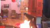 Nam thanh niên mang xăng đến đốt cháy quán nước ở Hà Nội