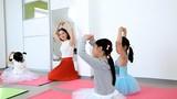 Thanh Thúy hào hứng dạy múa cho trẻ em tại CH Czech