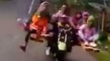 """Video: """"Siêu xe"""" 2 bánh 8 chỗ chở cả gia đình khiến người xem cười"""