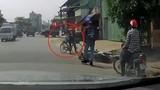 Video: Tránh phụ nữ đi ngược chiều, người đi xe máy suýt chết