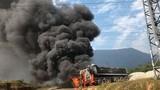 Vướng đường điện 35 KV, ô tô đầu kéo bốc cháy dữ dội