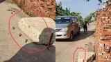 Dân cắm chông sắt quanh cục bê tông khiến nhiều ô tô xịt lốp