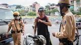 Người dân ùn ùn mua bảo hiểm xe máy, ôtô khi CSGT tổng kiểm soát