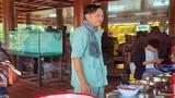 Hình ảnh NSƯT Hoài Linh đeo khăn rằn che vết mổ u tuyến giáp