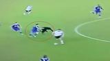 Hài hước cầu thủ đẩy trọng tài ngã nhào trên sân