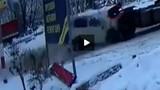 Ô tô đâm xe đầu kéo, bé trai may mắn thoát chết