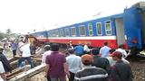 """Gần trăm người dân đoàn kết """"cứu"""" tàu hỏa trật bánh"""