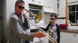 Hai bố con chơi nhạc bằng lò nướng gây choáng