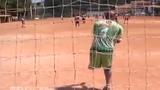 Nể phục thủ môn một chân bắt bóng như Neuer