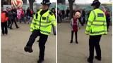 Nữ cảnh sát trổ tài tâng bóng điêu luyện