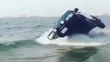 Không thể tin nổi màn đi ôtô bằng hai bánh trên biển