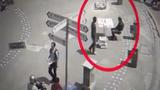 Camera ghi lại cảnh người và bàn biến mất kỳ lạ giữa phố
