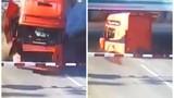 Clip tàu hỏa tông đứt lìa đầu xe tải đầy kinh hãi