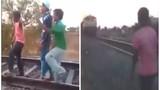 Trẻ trâu đón đầu tàu hỏa để thể hiện và cái kết đắng