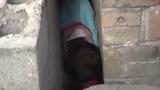 Hãi hùng cảnh giải cứu 2 bé trai mắc kẹt trong hốc tường hẹp