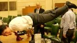 Thủ tướng điển trai của Canada gây sốt với tư thế yoga siêu khó