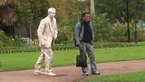 """Kinh hãi cảnh """"bức tượng"""" bước theo người"""