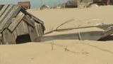 Ngôi làng kỳ lạ hễ đến đêm lại bị vùi trong cát