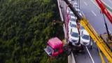 Container chở 23 ôtô mất lái, nằm vắt vẻo sát mép vực sâu 150m