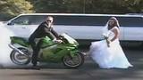 Cặp đôi chụp ảnh cưới bằng màn đốt lốp inh tai