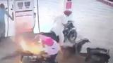 Xe máy bốc cháy khi đang đổ xăng