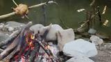 Tận mắt cảnh dùng nước sông để nướng thịt
